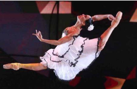 Sem palco? Sem problema: bailarinos russos dançam para os fãs em casa