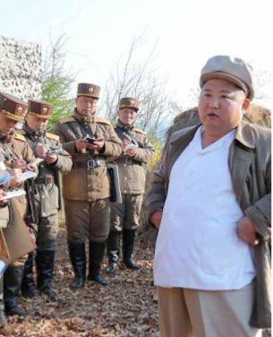 Kim Jong-un volta a supervisionar exercício de artilharia na Coreia do Norte
