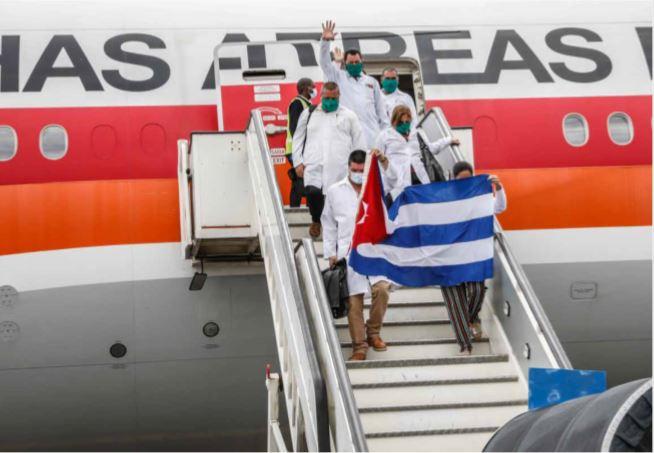 Médicos cubanos chegam a Angola com 30 toneladas de medicamentos