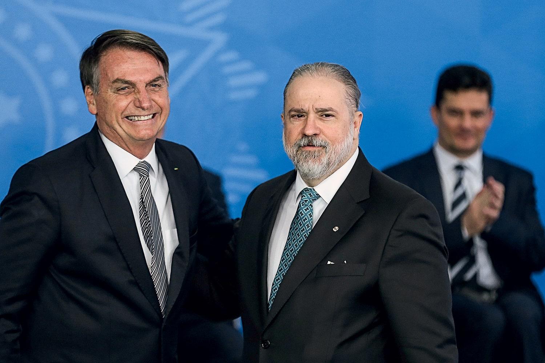 Aras diz que não cabe a partidos pedir apreensão de celular de Bolsonaro