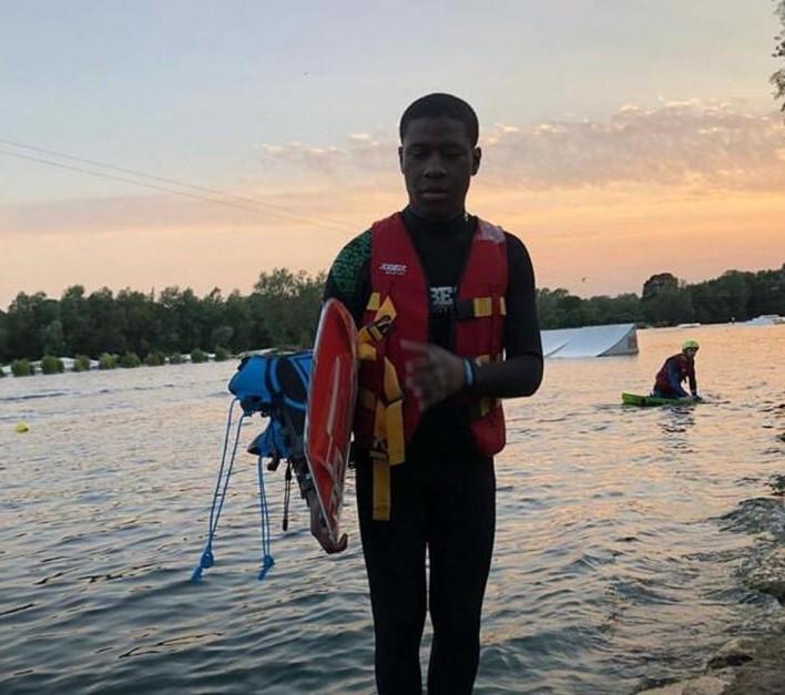 Jovem desaparece no mar após naufrágio de embarcação