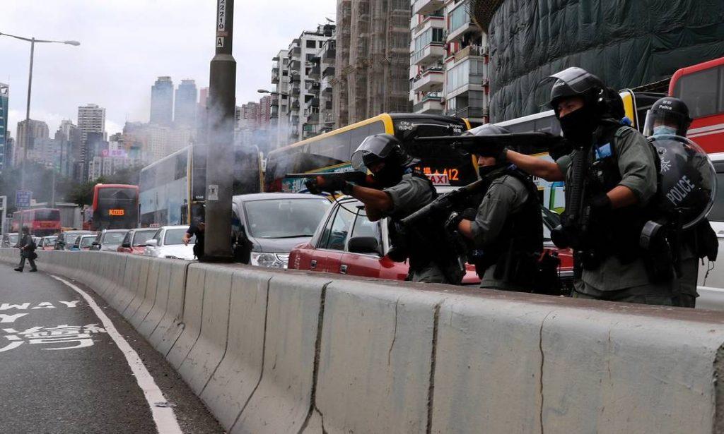 Polícia de Hong Kong dispara gás lacrimogêneo em manifestantes contra lei de segurança