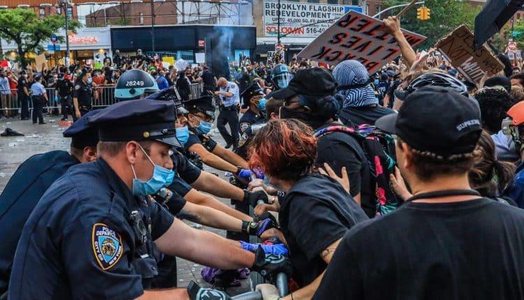 Cinco polícias são baleados em protestos após Trump prometer accionar militares