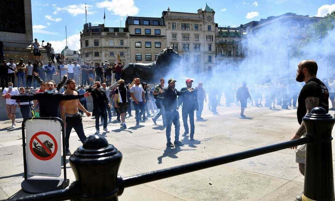Confrontos entre extrema-direita e manifestantes contra o racismo em Londres e Paris
