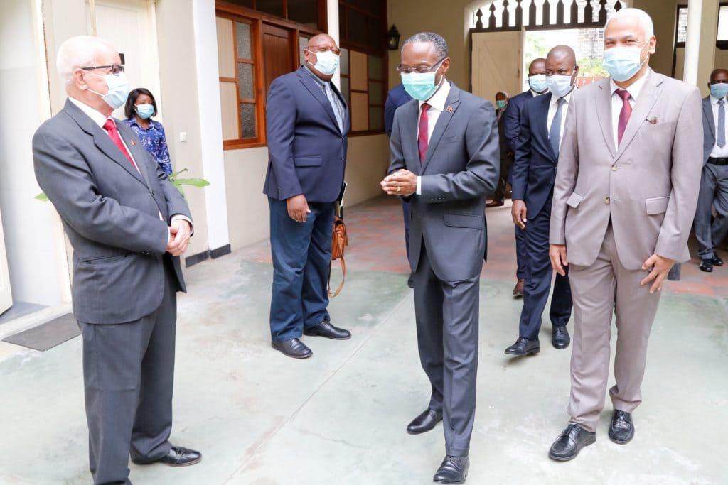 Vice-Presidente da República visita Academia Angolana de Letras