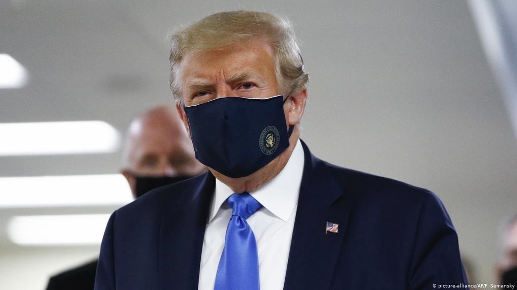 Pela primeira vez, Trump usa máscara em visita a um centro médico militar ano