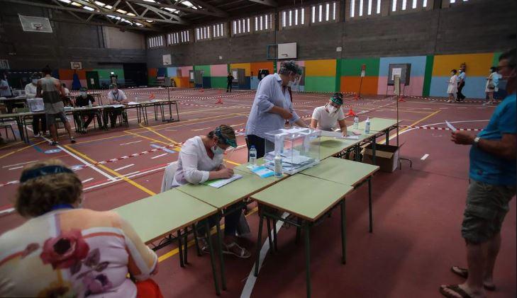 Com máscaras e álcool gel, espanhóis votam em meio a novos surtos de coronavírus