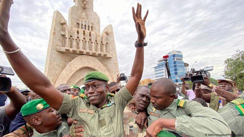 Junta militar do Mali liberta dois oficiais enquanto apoiantes do golpe planeiam se reunir