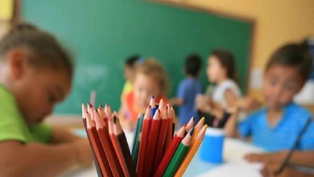 """Reabertura de escolas é """"momento complicado"""" para Europa, diz OMS"""