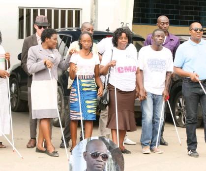 Deficientes visuais aflitos com falta de meios de ensino