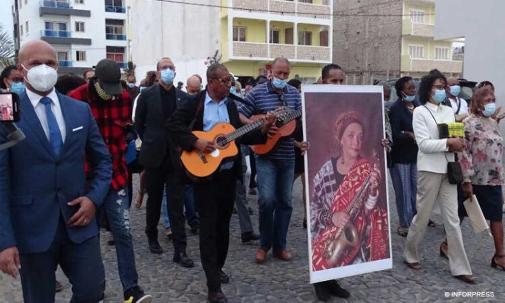 Último adeus a Celina Pereira termina com lançamento das cinzas da cantora no Mar da Praia de Diante