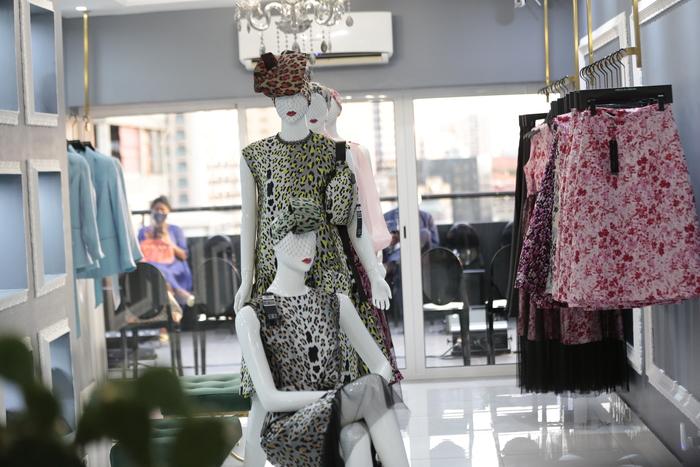 Atelier de moda nacional aberto ao público com distintas linhas de roupa