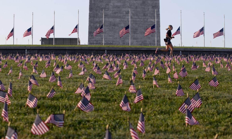 Bandeiras a meia haste nos Estados Unidos: ultrapassam 500 mil mortos desde o início da pandemia