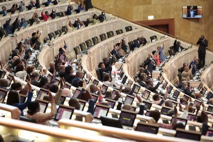 Revisão da Constituição passa no Parlamento sem votos da UNITA e da CASA-CE