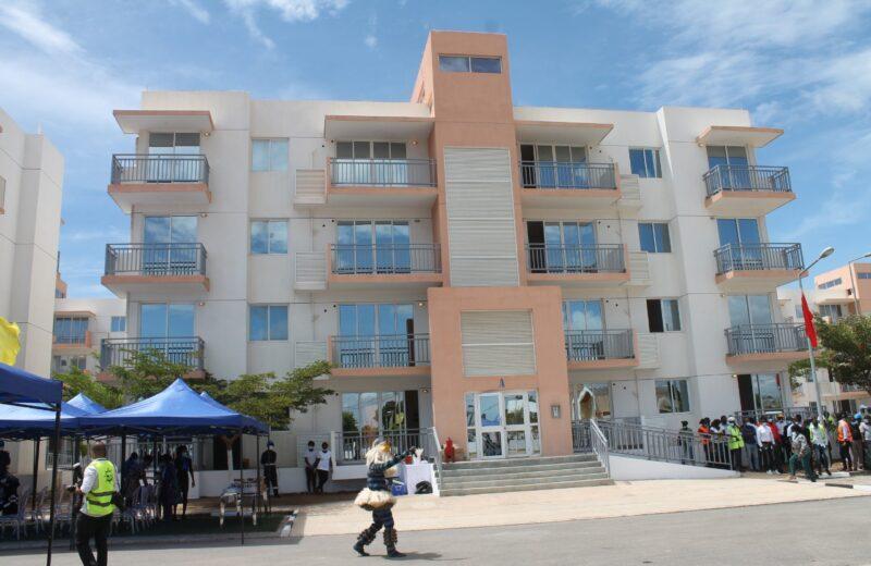 Governo ultrapassa diferendo com construtora e entrega casas no condomínio a trabalhadores do Porto do Lobito