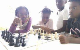 Jovens empenhados em elevar inteligência de crianças carenciadas através do xadrez