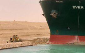 Rebocadores e dragas ainda  lutam para libertar o navio  que bloqueia o Canal de Suez