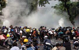 Manifestantes de Mianmar queimam  Constituição militar e enviado da ONU alerta sobre 'banho de sangue iminente'