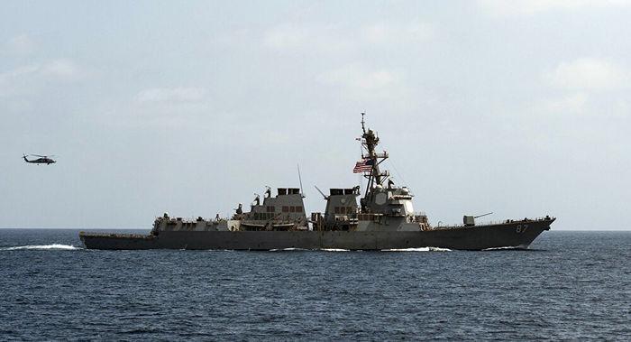 Navio da Marinha dos EUA faz disparos de advertência após aproximação de 3 barcos iranianos