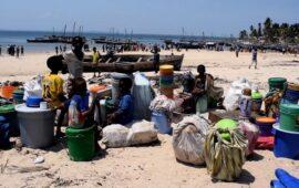 Barco transportando sobreviventes de ataque de militantes  de Moçambique a cidade de gás chega a Pemba
