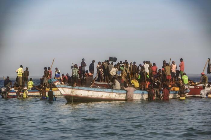 Barcos cheios fogem de Palma, Moçambique, mas nem todos sobrevivem até Pemba