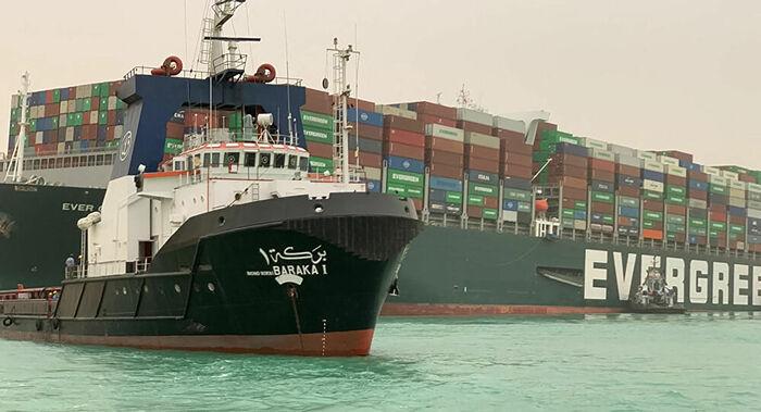 Egipto começa dragagem do canal de Suez após bloqueio de Março