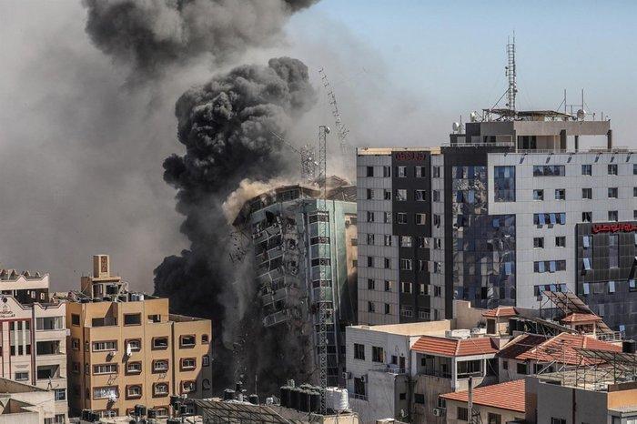 Ataque aéreo israelita destrói edifício da mídia, em Gaza