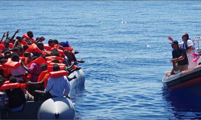 Mais 900 migrantes chegam à ilha italiana de Lampedusa