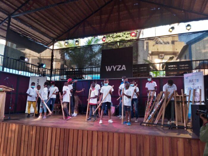 """Alunos da Fundação Arte e Cultura manuseiam à Dikanza através do projecto """"Tuxike Odikanza"""""""