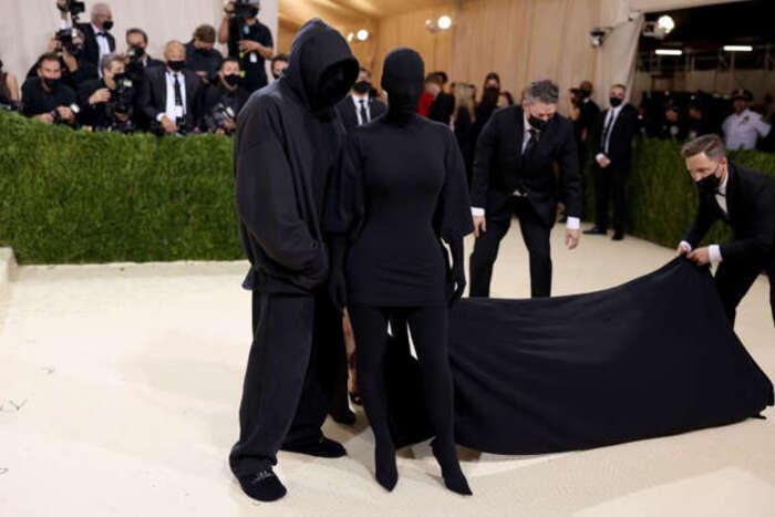 Kim Kardashian surge ao lado de Kanye West novamente tapada dos pés à cabeça