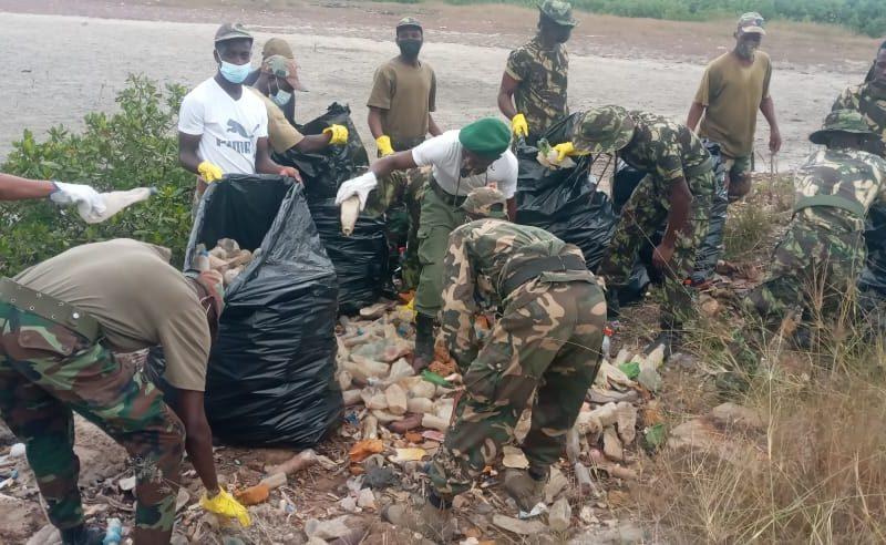 Otchiva recolhe várias toneladas de lixo nos mangais