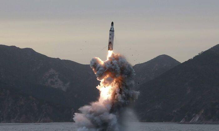 As autoridades japonesas afirmam que os projécteis caíram fora da Zona Económica Exclusiva do Japão